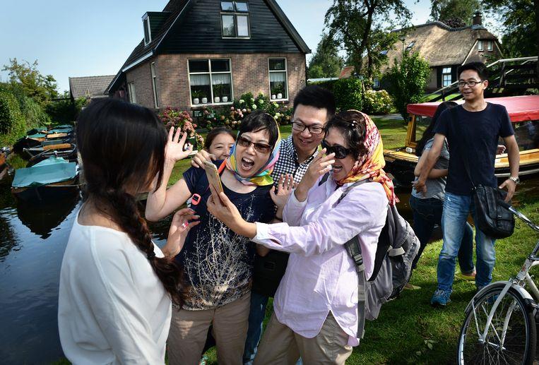 Sommige Chinese toeristen zien Giethoorn als een museumdorp. Beeld Marcel van den Bergh