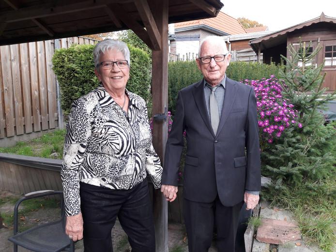 Kees en Ans van Klaveren in hun Groesbeekse tuin.