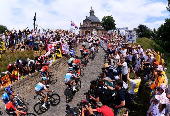 Een van de meest karakteristieke en drukke stukjes van de Ronde van Vlaanderen: de Muur van Geraardsbergen. Ook hier blijft het zondag stil.