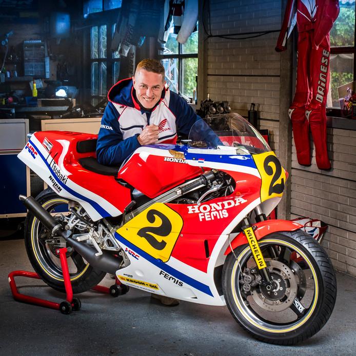 Frank Morsink is trots op zijn zelfgebouwde replica van de motor van zijn idool: Jack Middelburg