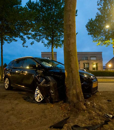 Automobilist knalt tegen boom in Terneuzen