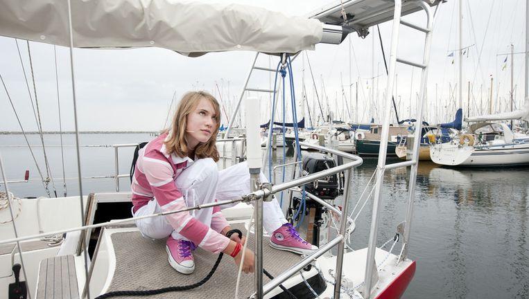 Zeilster Laura Dekker legt dinsdag haar zeiljacht Guppy vast in jachthaven Den Osse in Brouwershaven. Laura mag eindelijk de wereld rond. Foto ANP Beeld