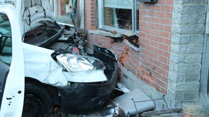 Bestuurder rijdt tegen geparkeerd voertuig en knalt tegen gevel van woning
