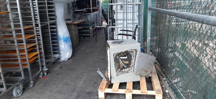 De kluis bij vishandel Wennekes na de inbraak in het pand. De kluis is met slijptollen opengemaakt.
