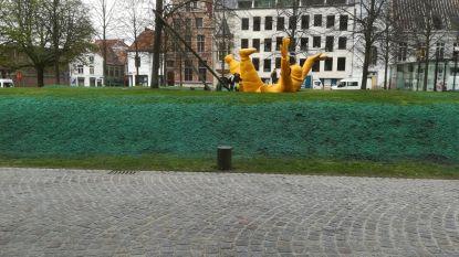 Behandeling kleurt gras Sint-Romboutskerkhof blauw