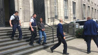 Jeugdrechter beveelt plaatsing van jongen in instelling: vader grijpt wapen van agente, zoon zet het op een lopen