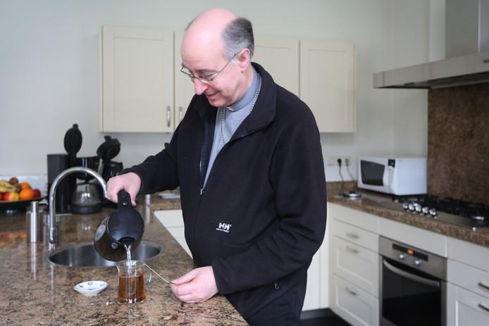 2017 - Mgr.Liesen in de keuken van het bisschopshuis.