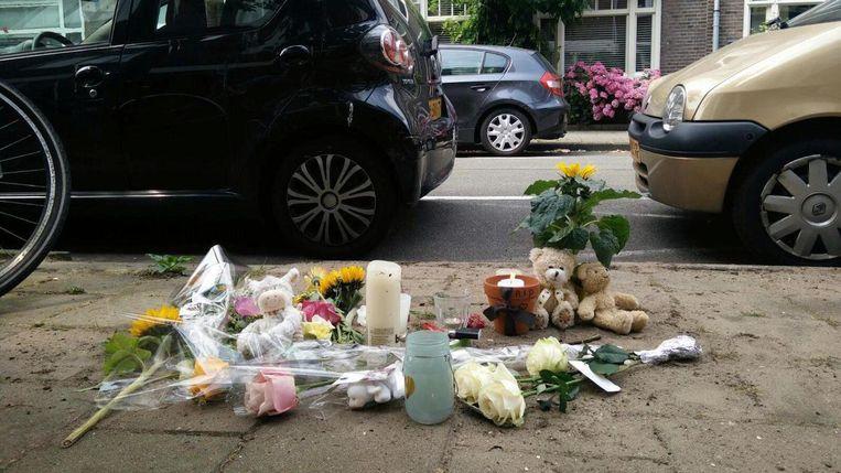 In de Eendrachtstraat liggen bloemen en knuffels Beeld Lex Boon