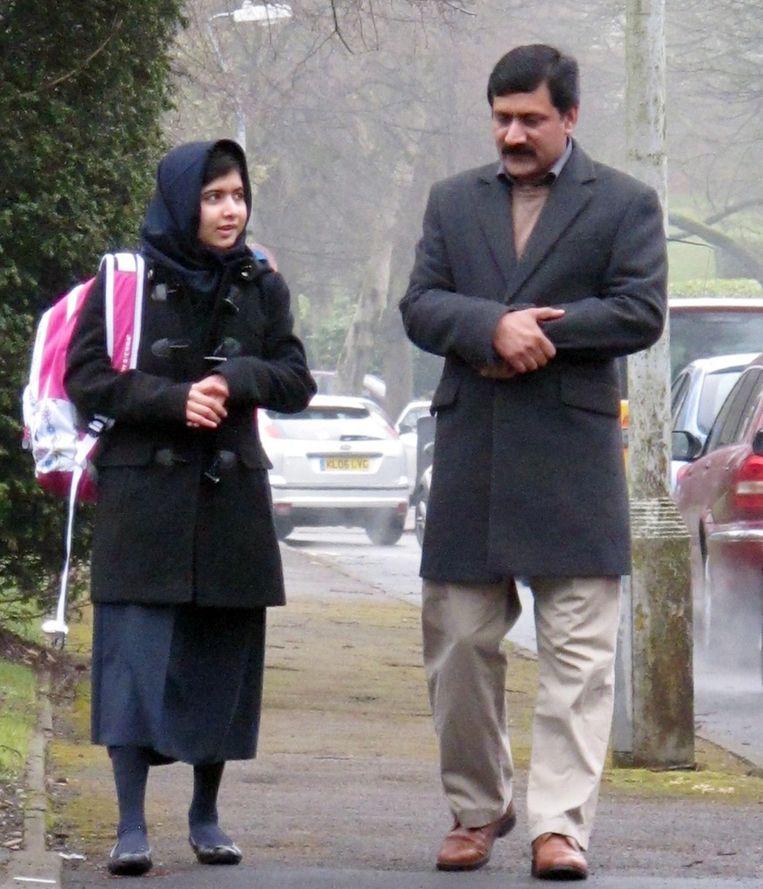 Malala met haar vader in Birmingham. Beeld epa