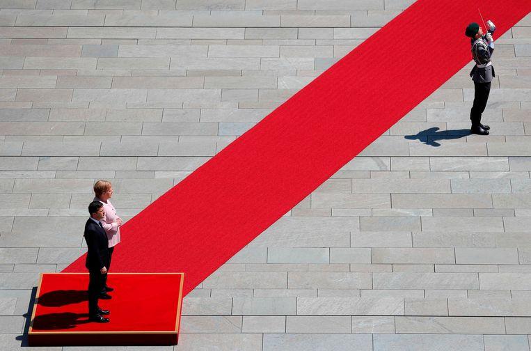 De Duitse bondskanselier Angela Merkel ontving gisteren de nieuwe president van Oekraïne Volodimir Zelenski tijdens diens eerste officiële bezoek aan Duitsland. Merkel begon tijdens het spelen van het Duitse volkslied te trillen, maar zei na afloop geruststellend dat ze zich na een paar glazen water weer beter voelde.   Beeld AFP