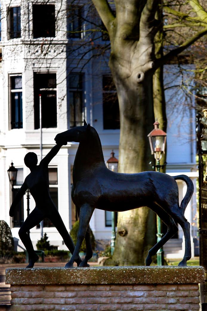 Het beeld Jongen met paard voor het voormalige gemeentehuis van kunstenaar Jos van Dormolen herinnert aan de tijd dat er nog een levende paardenhandel plaatsvond.
