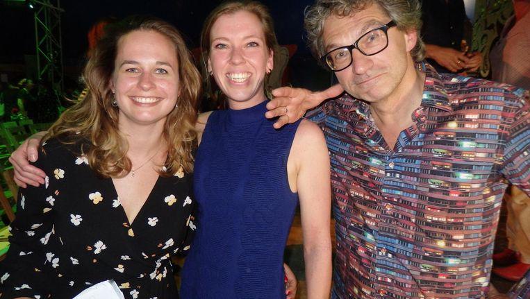Anne-Loes Boon en Sharon Ullers (CPNB) en presentator Frénk van der Linden: 'Dit zijn de fijnere klussen. Niks politiek debat, gewoon, een grapje' Beeld Schuim