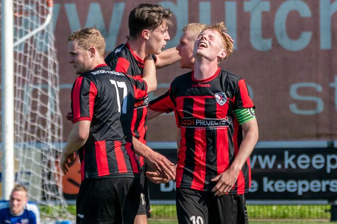 Vreugde na het eindsignaal bij Pieter Mantel (rechts) en zijn medespelers. Excelsior Zetten gaat ten koste van Woezik naar de finale.