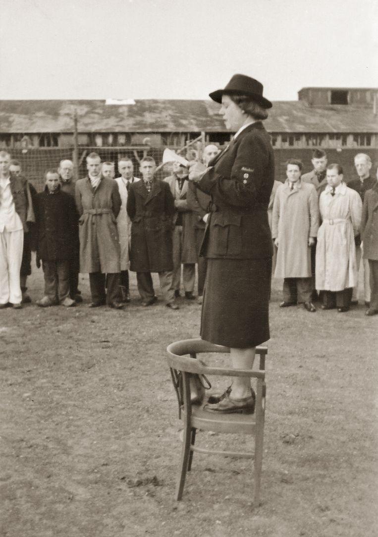 Loes van Overeem, bijgenaamd de 'Witte Engel', spreekt gevangenen toe in kamp Amersfoort, 19 april 1945. Beeld particuliere collectie familie Kraaij / Nationaal Monument Kamp Amersfoort
