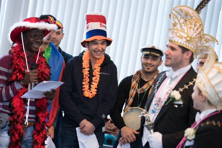 Vorig jaar gaf carnavalsvereniging de Winkbulle uit Heerlen een gastcollege aan het Arcus College, een regionaal opleidingencentrum. Het gastcollege was onderdeel van de inburgeringscursus waarbij asielzoekers en buitenlanders de Nederlandse taal leren en de Nederlandse samenleving leren kennen. Beeld ANP