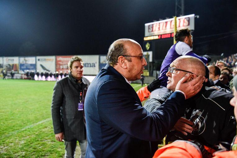 Beerschot-voorzitter Eric Roef gaat in gesprek met supporters van zijn club.