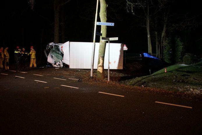 Het bedrijfsvrachtwagentje, kort nadat de man uit Raalte er een dodelijk ongeluk mee veroorzaakte.