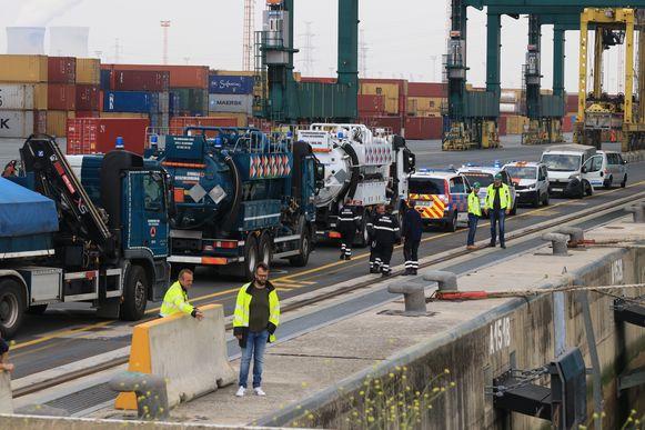 De Civiele Bescherming kwam in bijstand en zal de verontreiniging bij hoogtij opzuigen met tankwagens.