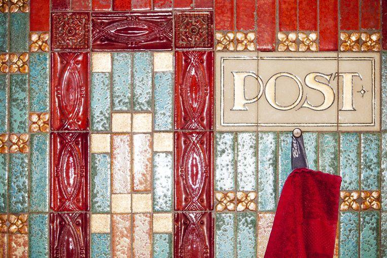 Decoraties in de stijl van de Amsterdamse School rondom een wastafel in de parochie-sacristie. Beeld Renate Beense