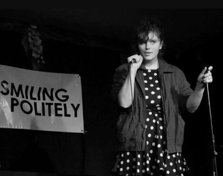 Eurydice Dixon tijdens een optreden.