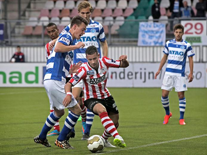 Dennis Mahmudov van Sparta draait weg bij een jeugdige Straalman in het laatste onderlinge duel (8 mei 2015:1-1 op Het Kasteel).