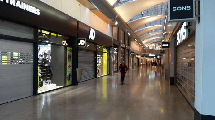 Rond 10:35 uur vanochtend ging het alarm af in winkelcentrum Alexandrium. Veel winkels gingen dicht en sloten de rolluiken.