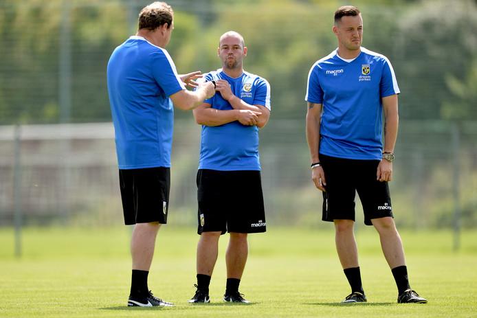 Nicky Hofs (midden) overlegt op het trainingskamp van Vitesse in Oostenrijk met hoofdcoach Leonid Sloetski.
