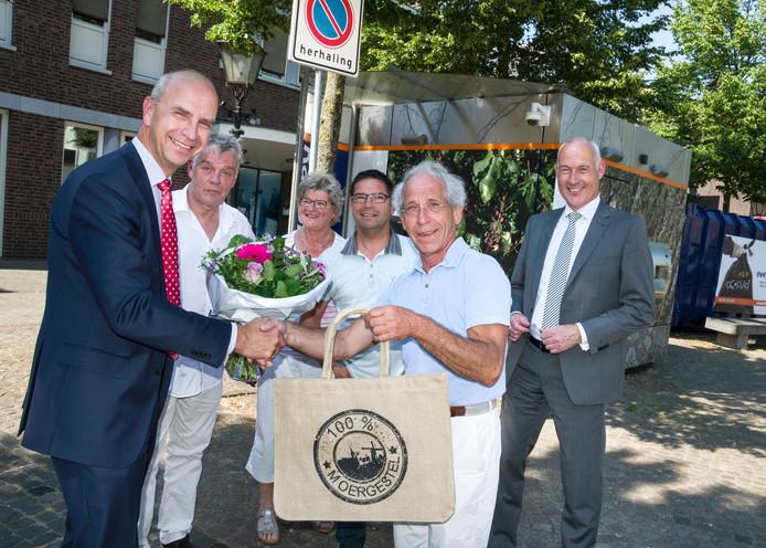 Juli 2015: feest bij oplevering van de opgepimpte pinautomaat: Wilfred Smit, Hans Denissen, Toos van Gool-Groenen, Peter Ligtvoet, Louis van den Meijdenberg en Martin Houben (vlnr).