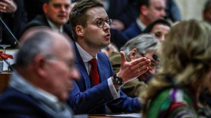 """Vlaams Belang tackelt meerderheid met voeten vooruit op installatie raad: """"Moskee mag er niet komen"""""""