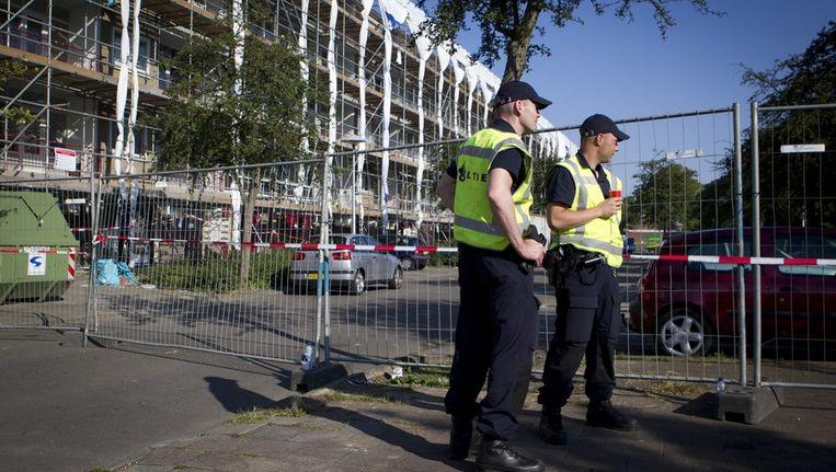 De politie in Utrecht bewaakt de ontruimde huizen waarin mogelijk asbest is gevonden. Beeld anp
