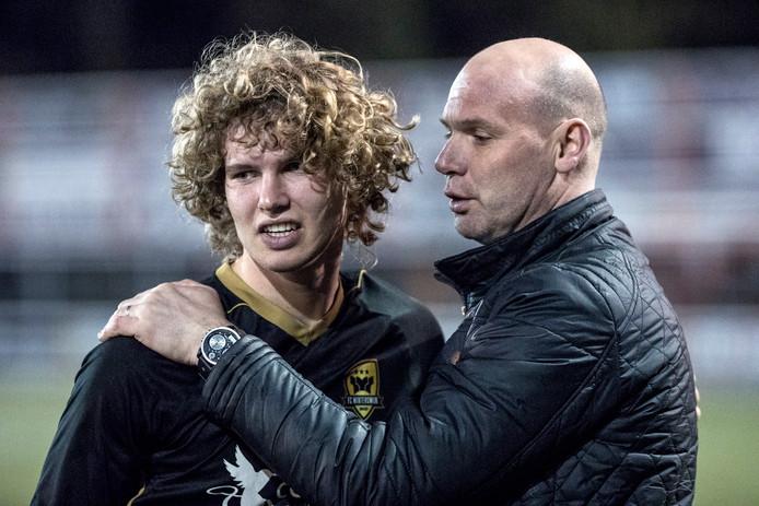 Lenn Redeker wordt na de zege op Longa'30 gefeliciteerd door zijn vader Eric, ex-speler van De Graafschap.