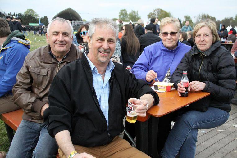 Joël Saenen, Karel Wellens, Rozette Van Roy en Sonia Vandezanden uit Gestel genieten van een frietje en pintje.