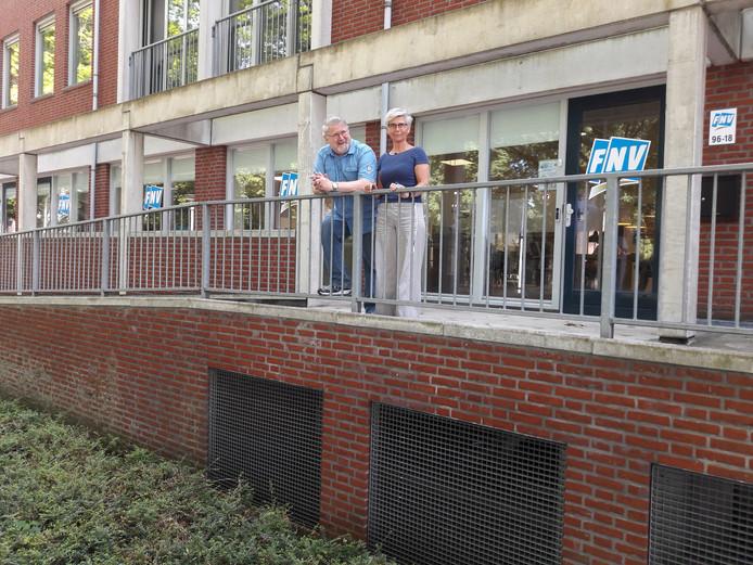 Ria Hilhorst en Louis Marcelis bij het nieuwe Vakbondshuis van de FNV aan de Ringbaan-West in Tilburg.