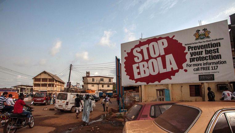 In Freetown, Sierra Leone, wijzen grote borden op de uitbraak van ebola. Beeld AP