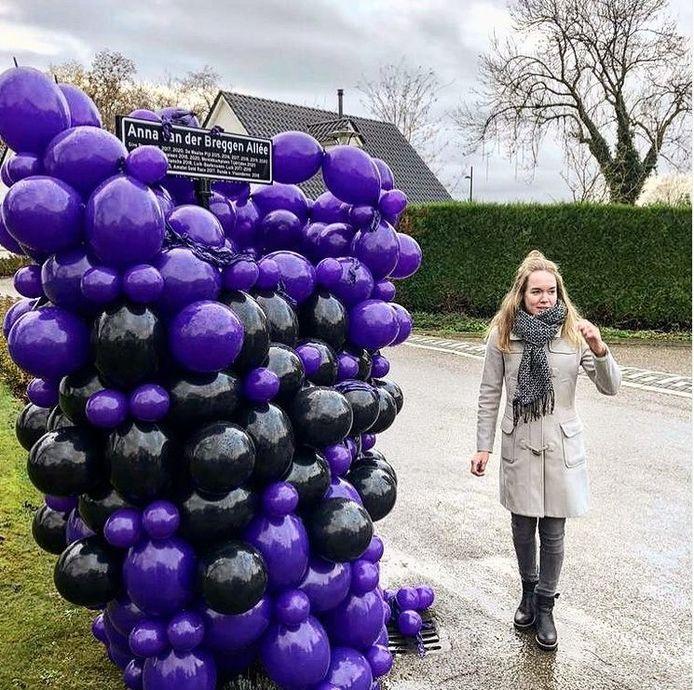 Anna van der Breggen naast haar eigen straatnaambordje.