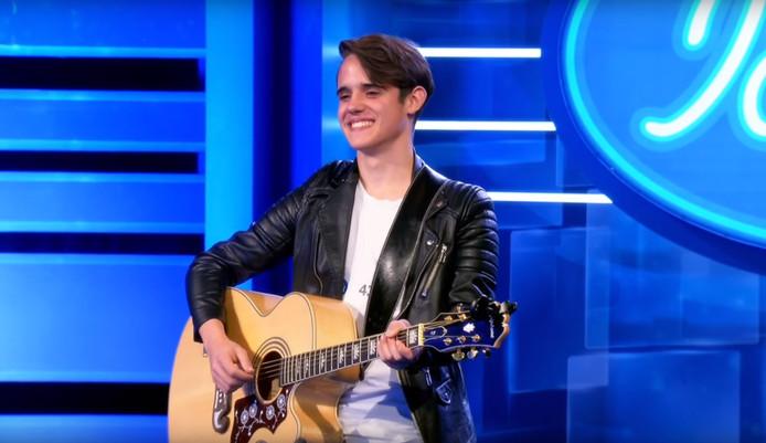 Luuk Bossers op de stip bij Idols met gitaar, die hij volgens de jury beter thuis kan laten.