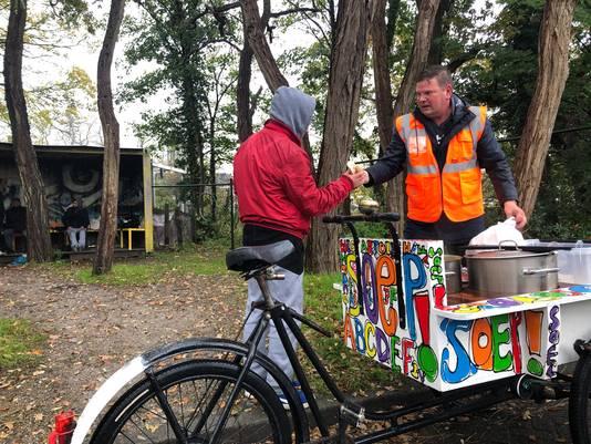 In Bergen op Zoom deelt Wim Ligtenberg met een bakfiets soep uit aan daklozen.