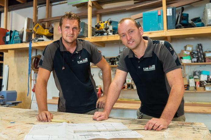 Timmerman Paulus Monster (rechts) is volledig doof en werkt al veel jaren in het aannemingsbedrijf van Niek de Jong (links) in Waddinxveen.