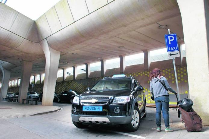 Een taxi bij het station in Arnhem.
