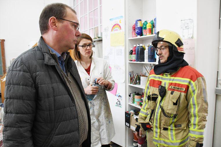 Overleg tussen burgemeester Lieven Vanbelleghem, lerares Elke D'Haenen van de klas KLEE en brandweerkapitein Dominique Parmentier.