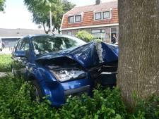 Man rijdt met auto tegen boom in Vroomshoop