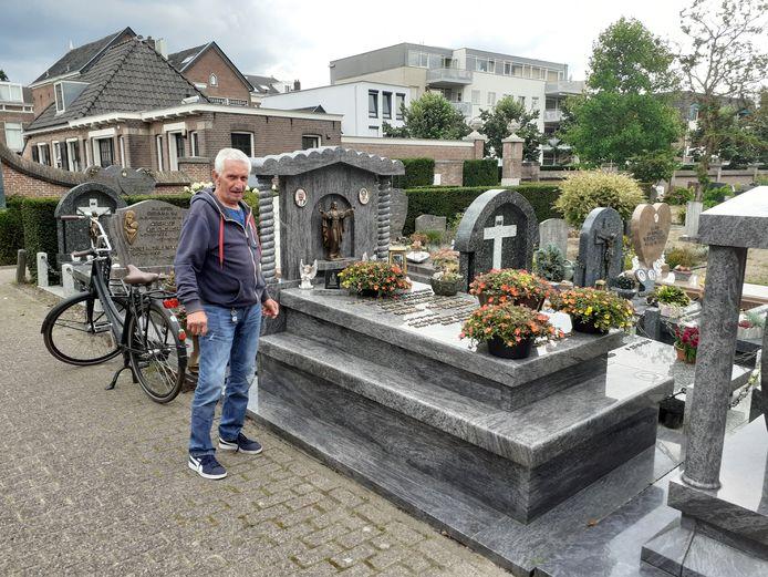 Emmo Drenth bij een graf van zijn familie waarvan onlangs een beeld van een bronzen paardje werd gestolen.