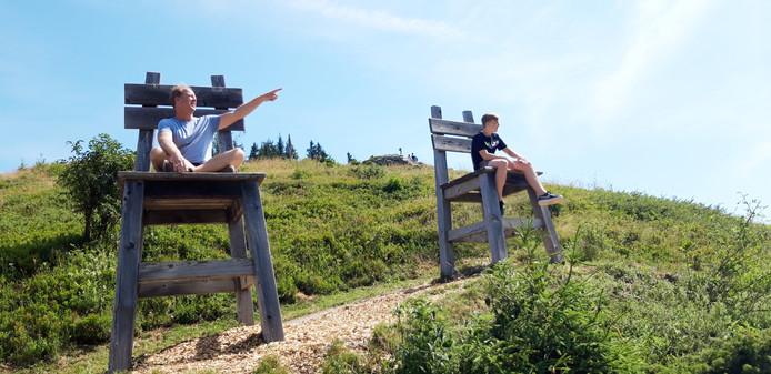 Vanaf deze reuzenstoelen legt vader Jan-Dirk nog eens aan zijn zoon Durk uit hoe de Alpen zijn ontstaan.