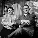 Helena Kok-Polder, alias Tante Leen, in 1968. Met Johnny Jordaan.