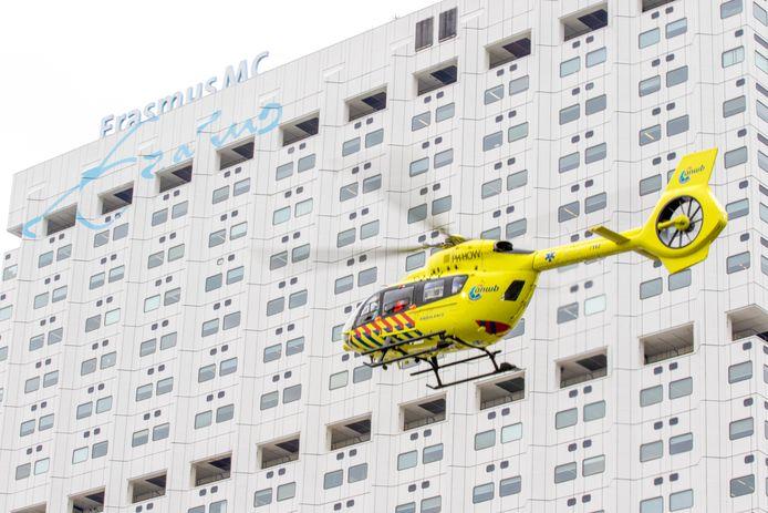 De Coronahelikopter tijdelijk ook wel de Lifeliner 5 genoemd heeft vanmiddag zijn eerste patiënt overgevlogen van het Erasmus MC in Rotterdam naar het ZGT ziekenhuis in Almelo