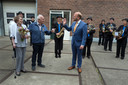Handen schudden was natuurlijk uit den boze. Burgemeester Bengevoord felicieert de gedecoreerde.