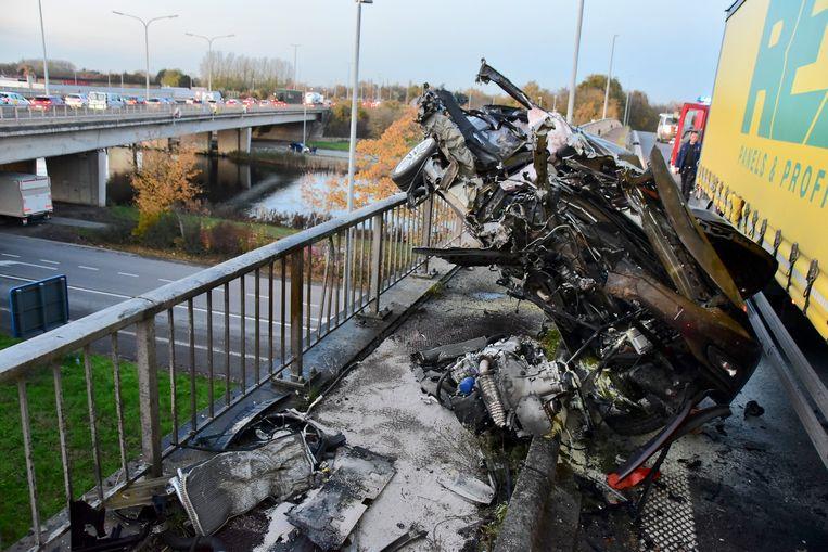 De Opel Astra werd aan de rechterzijde helemaal opengereten en bleef hangen op de reling van de brug.