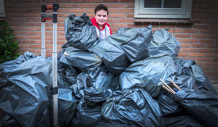 Ivan Elderson uit Druten heeft vijftig zakken vuurwerkafval ingezameld en dingt nu mee naar een mooie prijs van de gemeente. Hij moet ze zaterdag inleveren.
