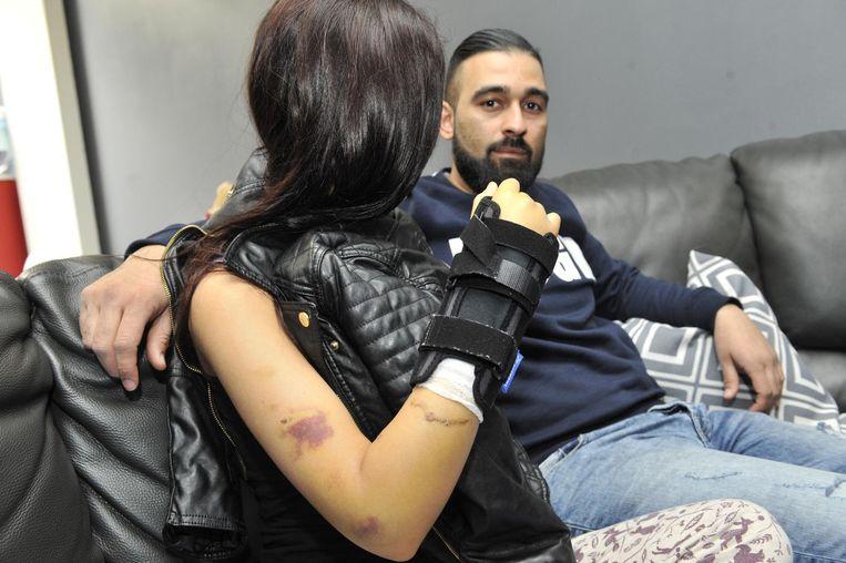 Het slachtoffer, hier met haar broer op de foto, is gewond aan de arm.