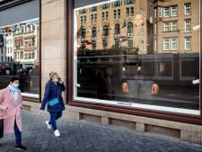 Amsterdam deelt mondkapjes uit op stadhuis en stadsloketten